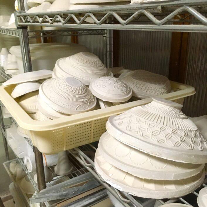 工房には様々な石膏型があります。