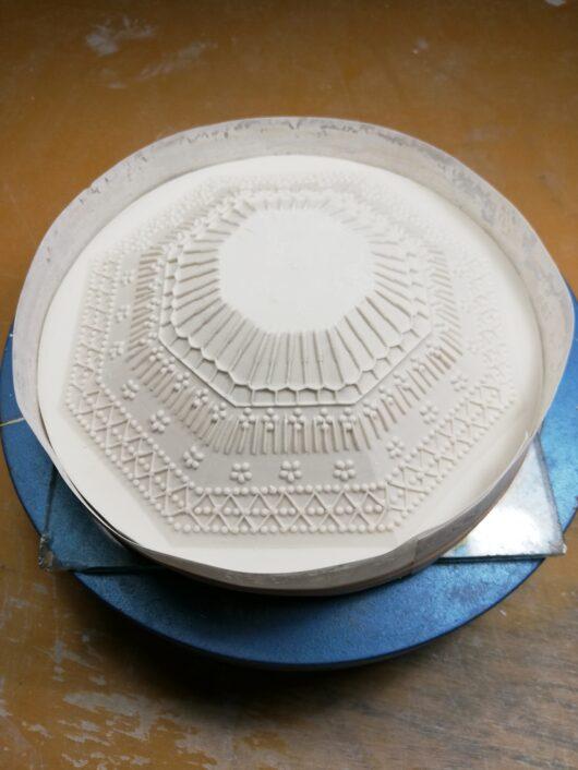 1.模様を施したシリコンゴム型に塩ビシートで枠をします。