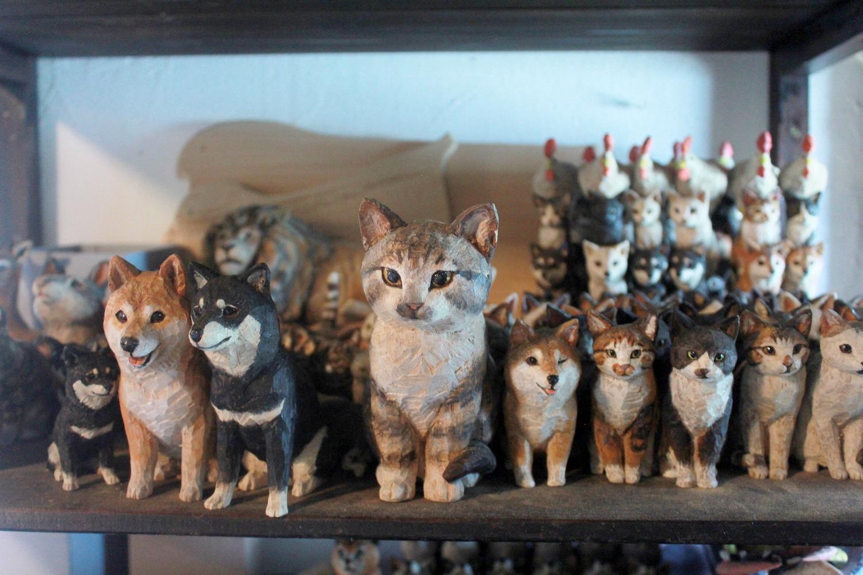 ▲アトリエにはたくさんの木彫の動物たちの姿が