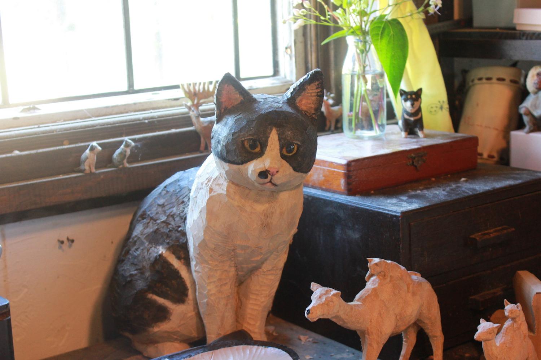 ▲アトリエの作業机にちょこんと座る、猫のむぎちゃん